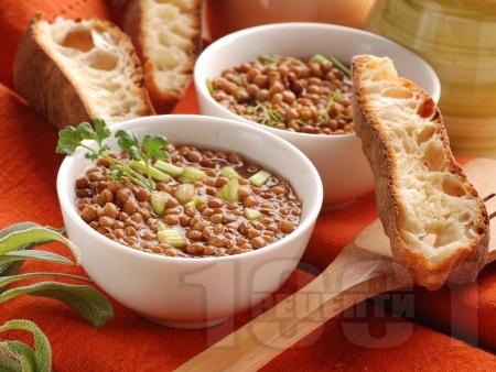 Леща с хрупкави хлебчета, целина и мариновани сушени домати - снимка на рецептата